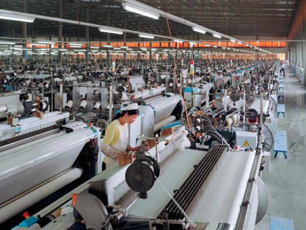 китаянки работают в цеху