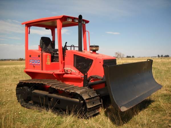 красный бульдозер в поле